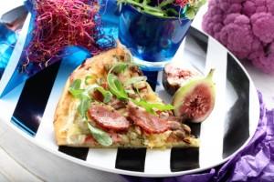 Pizza bianca z gruszką i kiełbasą suchą z szynki Madej Wróbel